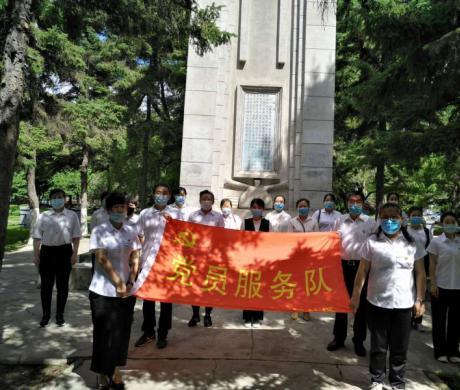 """我院党员代表参加社区组织的""""庆'七•一'烈士纪念碑前重温入党誓词""""活动"""