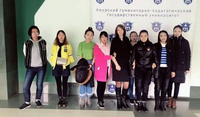 2015级学生与俄罗斯老师合影